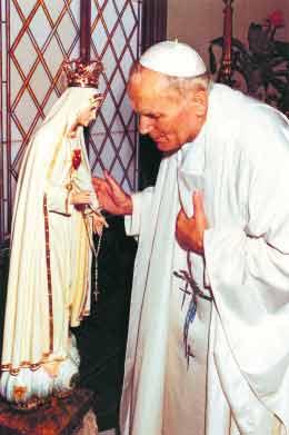 Jan Paweł II przed figurą Matki Bożej Fatimskiej